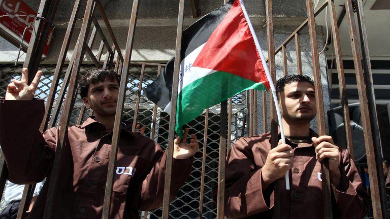 Photo of 13 أسيرا فلسطينيا يواصلون إضرابهم عن الطعام في سجون الاحتلال