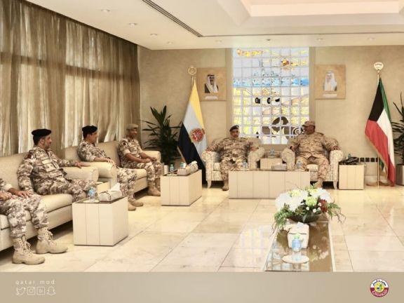 Photo of رئيس الأركان يجتمع مع نظيره الكويتي