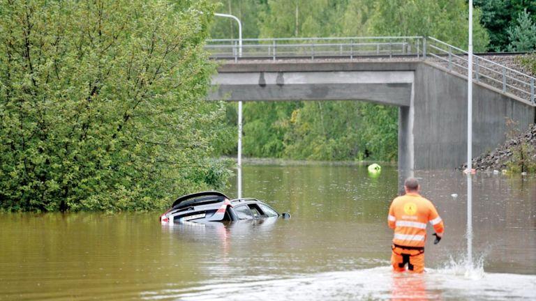 Photo of فيضانات تدمّر طرقًا في السويد