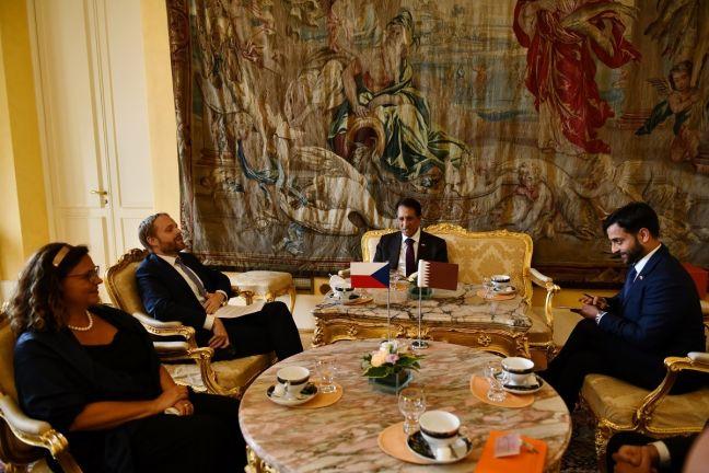 Photo of وزير خارجية التشيك يجتمع مع سفير قطر