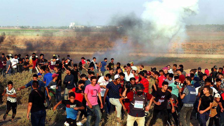 Photo of إصابة فلسطينييْن بمظاهرات قرب السياج الحدودي بغزة