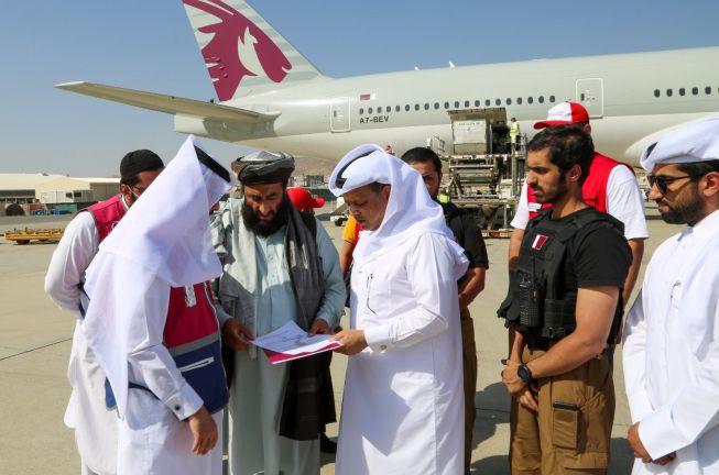 Photo of طائرة قطرية ثالثة تحمل مساعدات إنسانية تصل إلى كابول