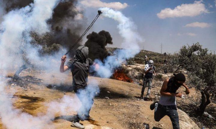 Photo of إصابة عشرات الفلسطينيين في مواجهات مع جيش الاحتلال الإسرائيلي بالضفة الغربية