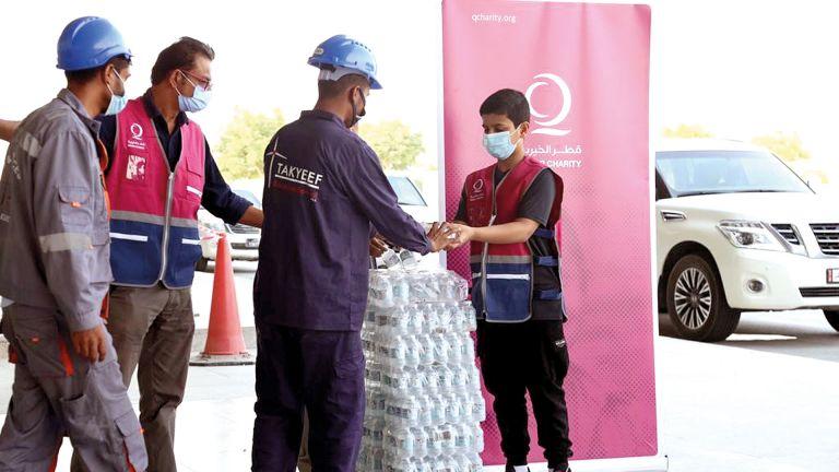 Photo of قطر الخيرية توزع مياه شرب باردة على العمال