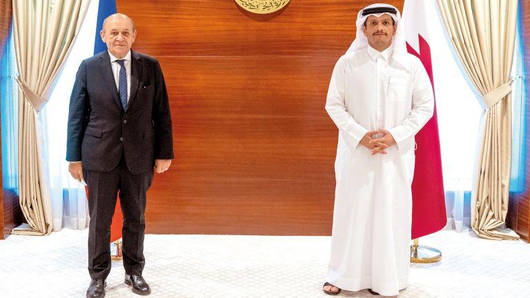 Photo of قطر وفرنسا تستعرضان العلاقات الثنائية