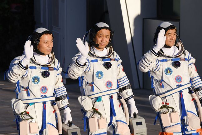 Photo of عودة 3 روّاد إلى الأرض بعد أطول مهمة صينية في الفضاء