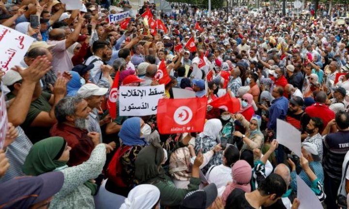 Photo of احتجاجات في تونس للتنديد بالإجراءات والتدابير الاستثنائية