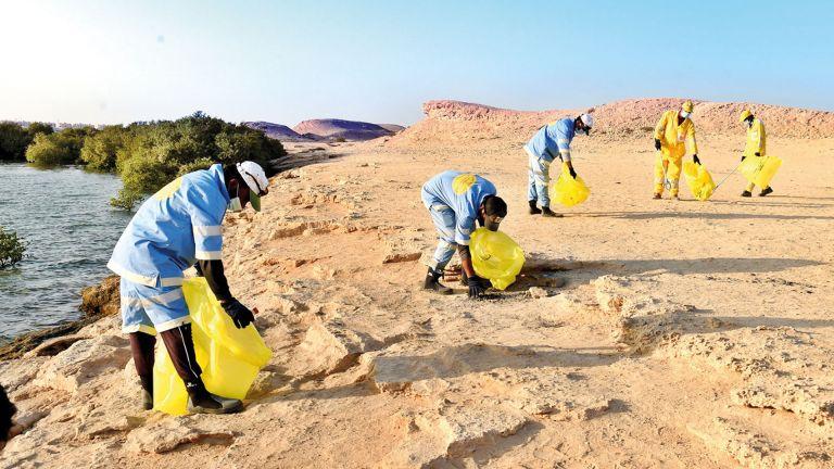 Photo of تنظيف شاطئ جزيرة بن غنام بمناسبة اليوم العالمي