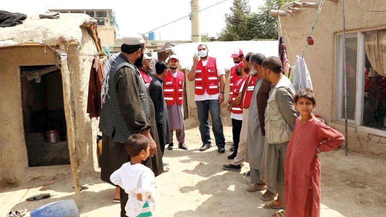 Photo of الهلال الأحمر يوزّع مساعدات إغاثية على الأسر الأفغانية
