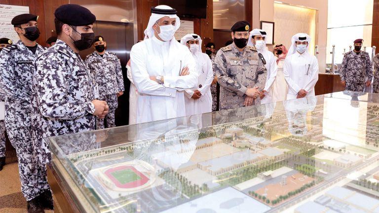 Photo of وفد الداخليّة يزور كلية الملك فهد الأمنية بالسعودية