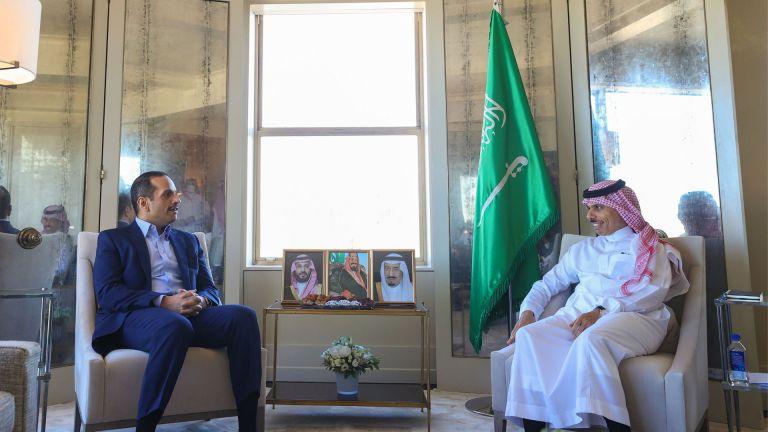 Photo of نائب رئيس الوزراء ووزير الخارجية السعودي يستعرضان العلاقات