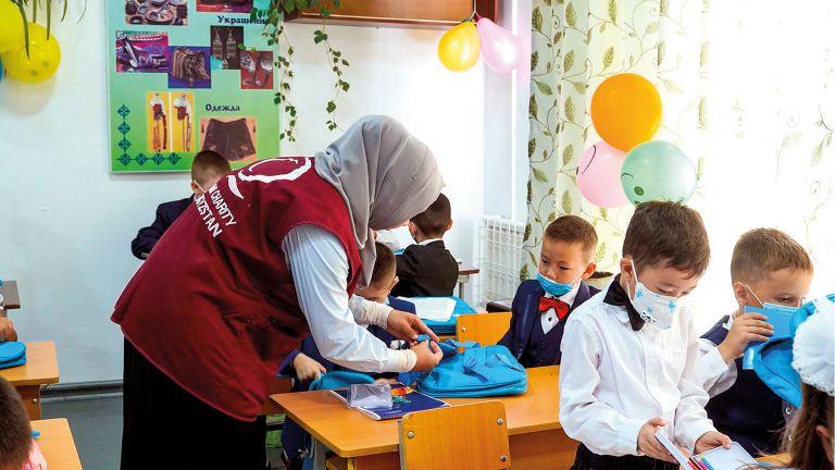 Photo of قطر الخيرية توزّع حقائب مدرسية على أيتام قرغيزيا
