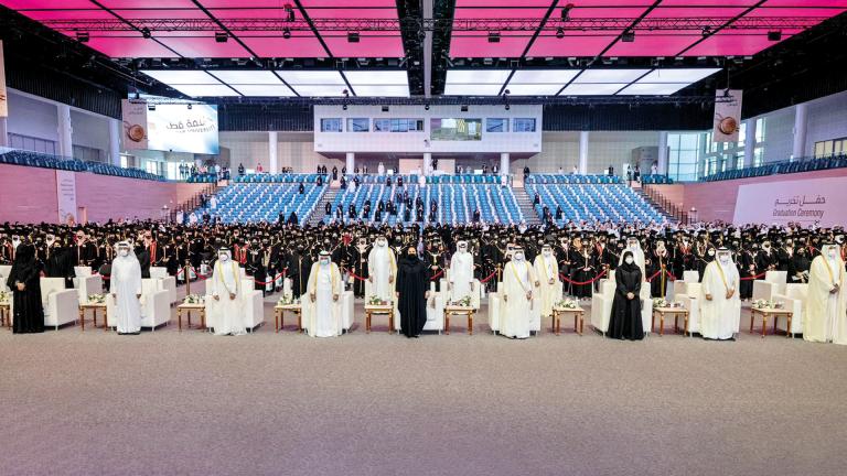 Photo of الشيخة جواهر تكرّم 421 خريجة متفوقة بجامعة قطر