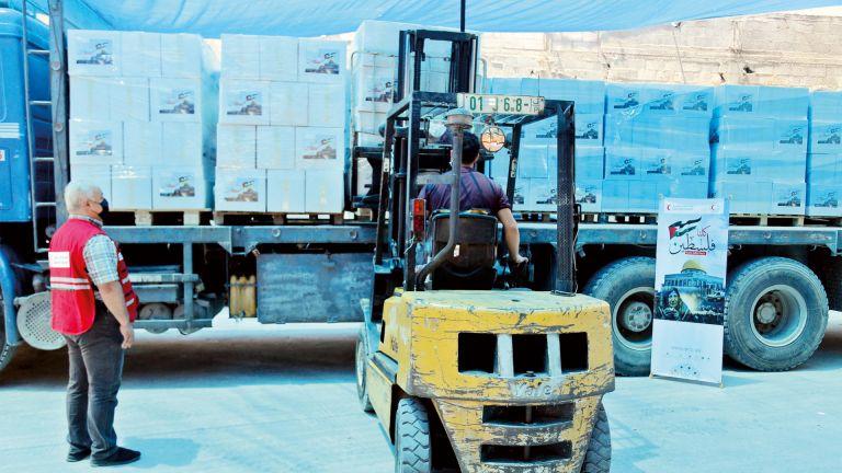 Photo of الهلال الأحمر يقدم مساعدات غذائية وإغاثية لسكان غزة