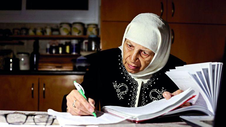 Photo of جدة فلسطينية تتخرج في الجامعة بعمر 85 عامًا