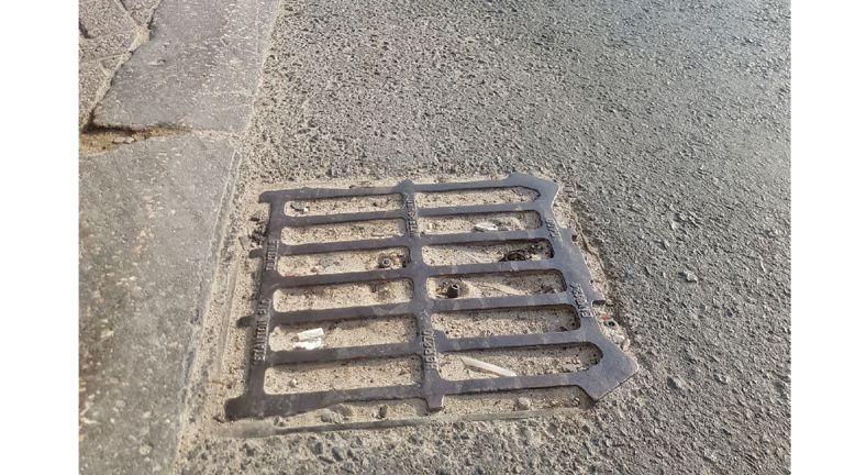 Photo of الأتربة تغطي منهولات تصريف الأمطار