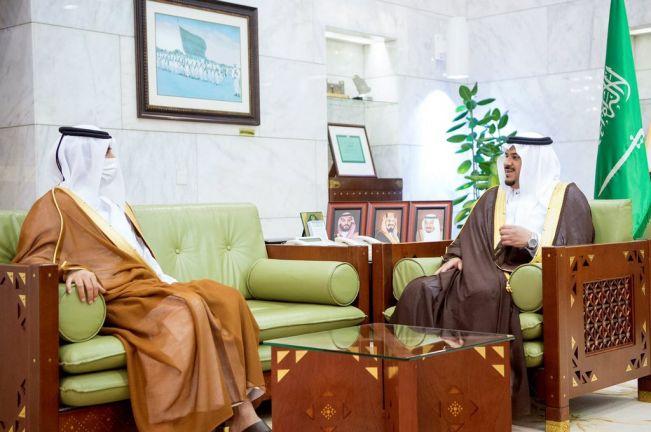 Photo of أمير منطقة الرياض بالنيابة يجتمع مع سفير دولة قطر