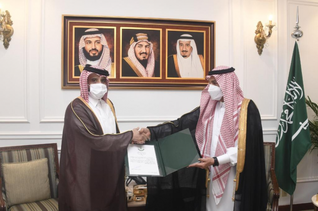 Photo of وزارة الخارجية السعودية تسلم الإجازة القنصلية لقنصل عام دولة قطر
