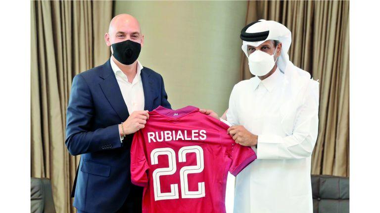 Photo of رئيس الاتحاد القطري لكرة القدم يبحث التعاون الرياضي مع نظيره الإسباني