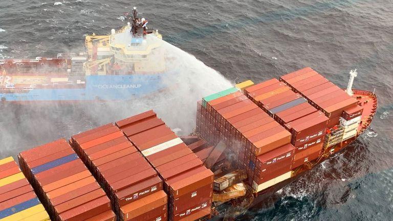 Photo of إخماد حريق ناقلة الحاويات قبالة سواحل كندا
